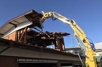 水戸市内木造2階建て重機解体の様子|ランドサービス
